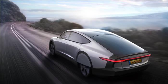 La voiture à énergie solaire arrive en 2021