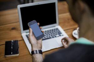 téléphone mobile et ordinateur portable