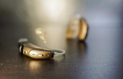 Aides auditives et téléphone : la compatibilité